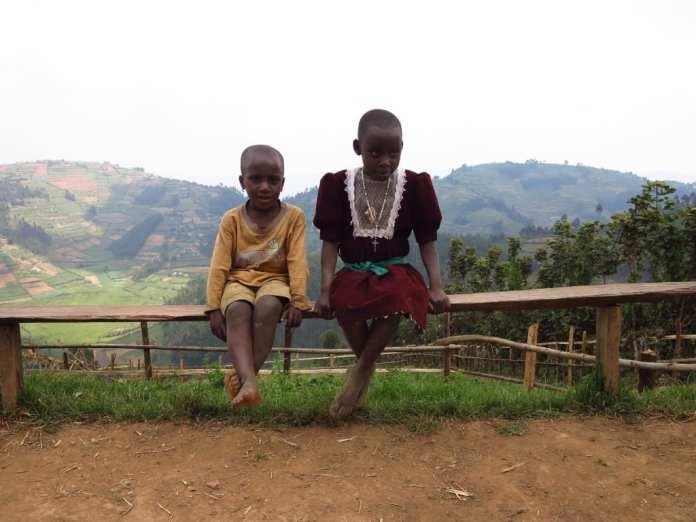 Kinder im Bwindi National Park in Uganda