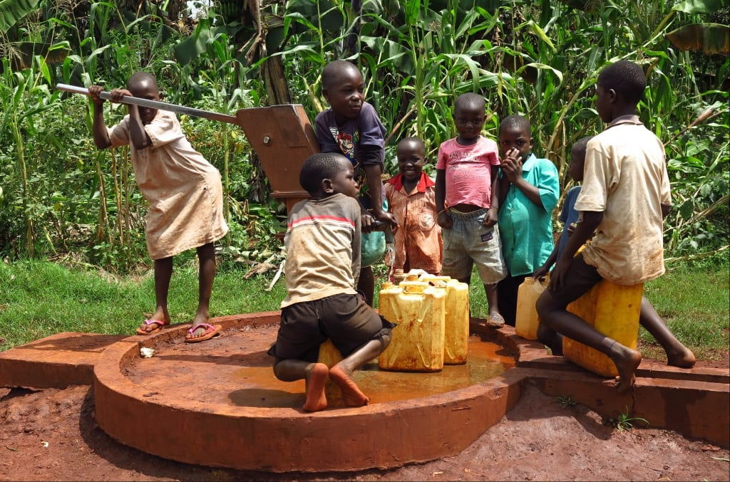 Kinder beim Wasserholen in Uganda