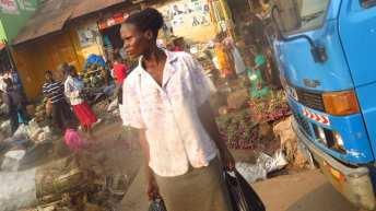 Am Straßenrand in Uganda