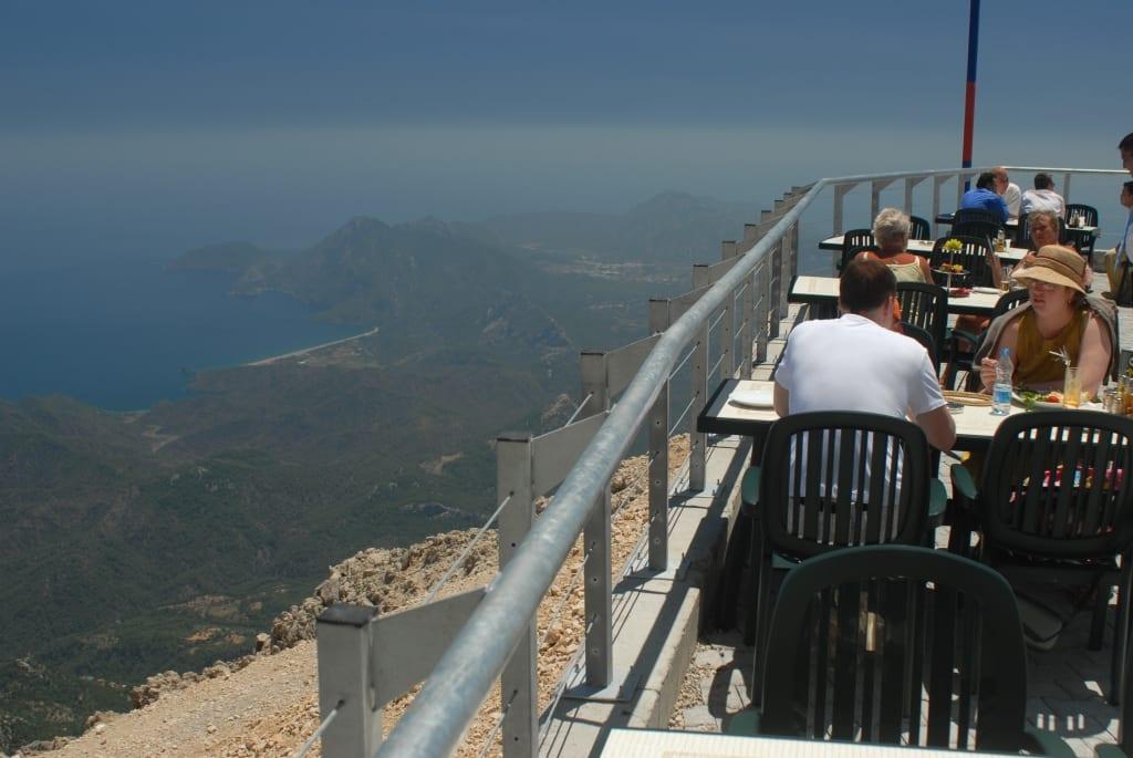 Aussichtslokal mit Blick über Küste