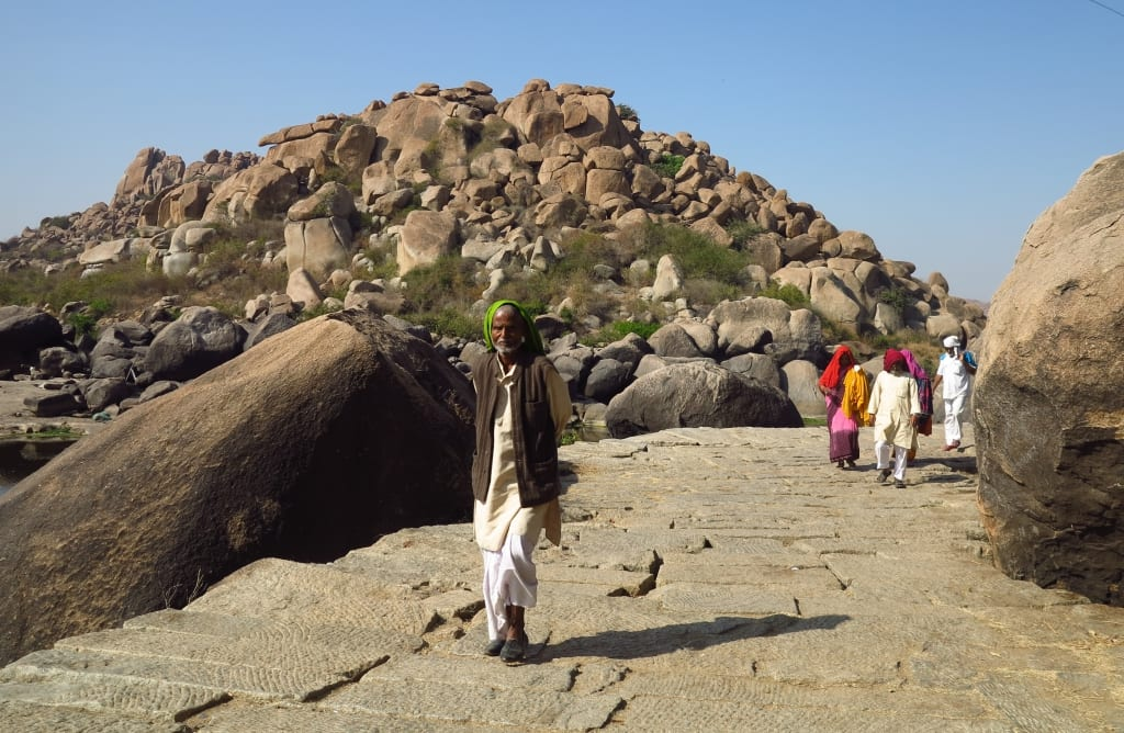 Pilger in der Gneisbrockenlandschaft Hampi