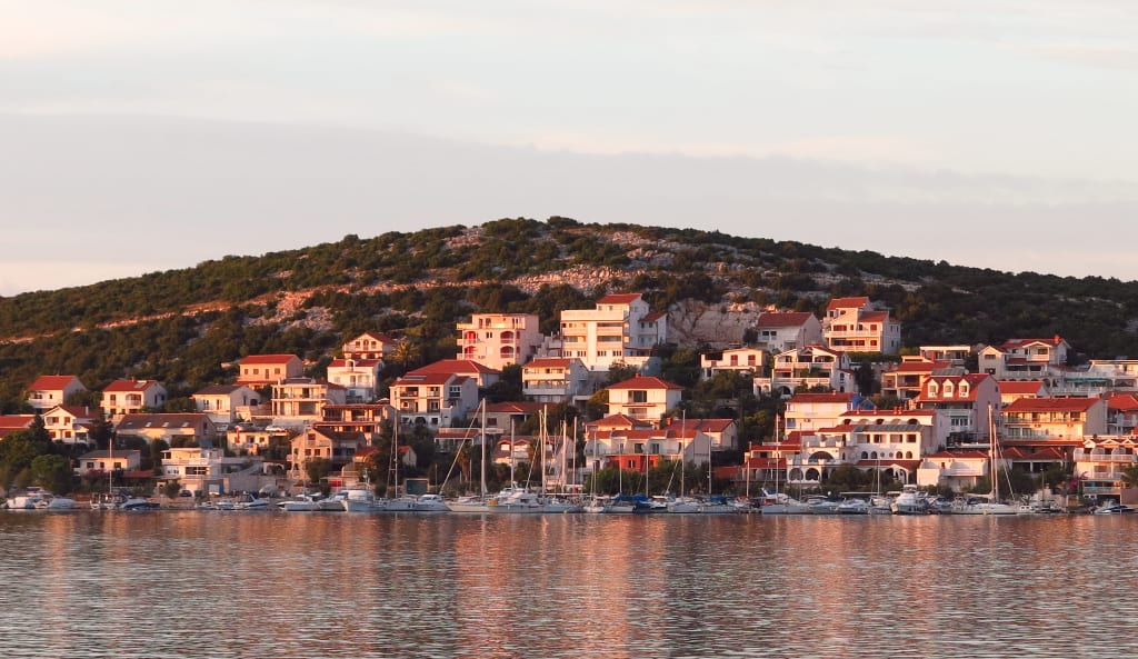 Dorf am Meer im Abendlicht