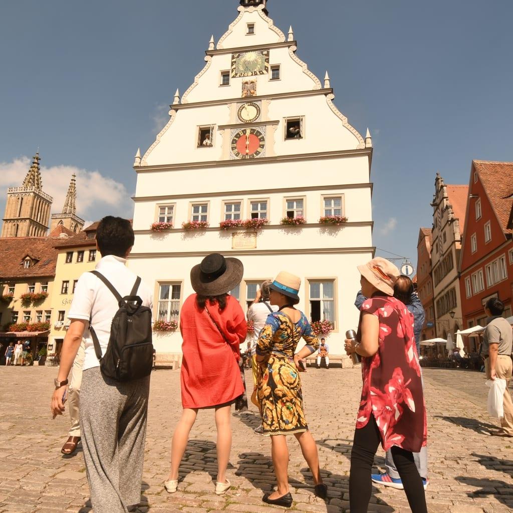 Vor der Ratstrinkstube in Rothenburg ob der Tauber