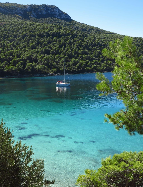 Türkisfarbene Bucht mit Yacht