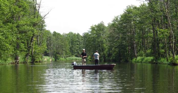 Angler auf der Peene in Mecklenburg