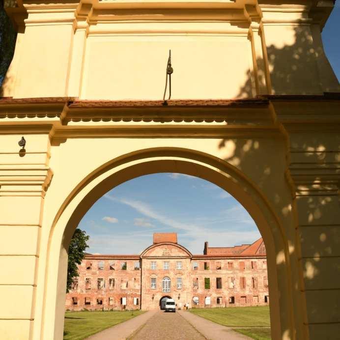 ...mit mächtiger Klosteranlage