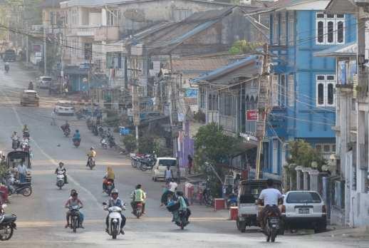 Asiatische Stadt mit vielen Mopeds in den Straßen