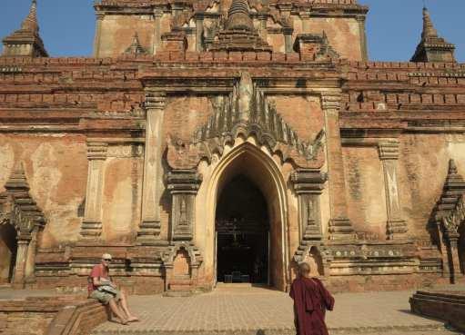 Buddhistischer Mönch vor antikem Tempel