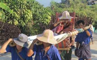 Pilger beim Goldenen Felsen in Myanmar