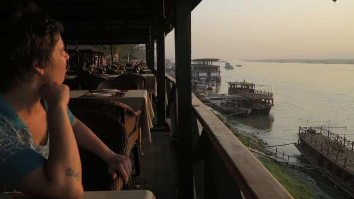 Terrassenlokal am Hafen von Mandalay