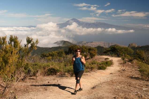 Frau auf Wanderweg, im Hintergrund Vulkanberg