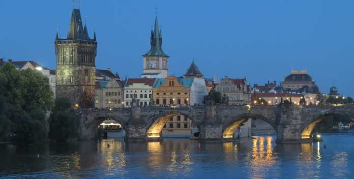 Die Karlsbrücke in Prag im Gegenlicht