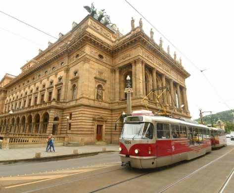 StraßPrager Nationaltheaterenbahn vor dem