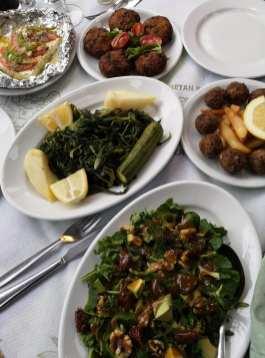 Verschiedene Teller mit Vorspeisen auf Kreta