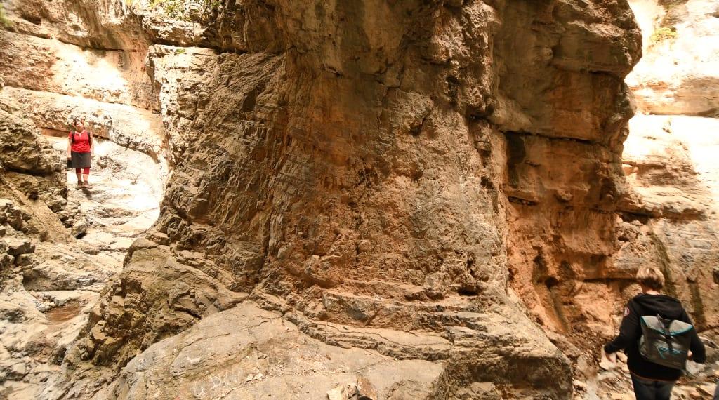 Schlucht von Imbros auf Kreta mit zwei Wanderinnen
