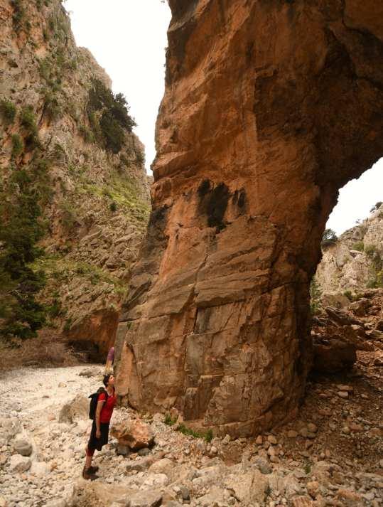 Schlucht mit Wanderin auf Kreta