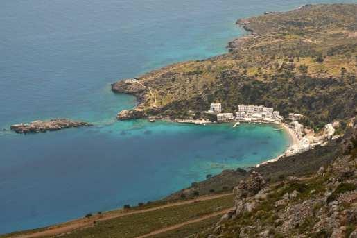 Man blickt von oben auf Loutro, eine Siedlung in einer Bucht auf Kreta