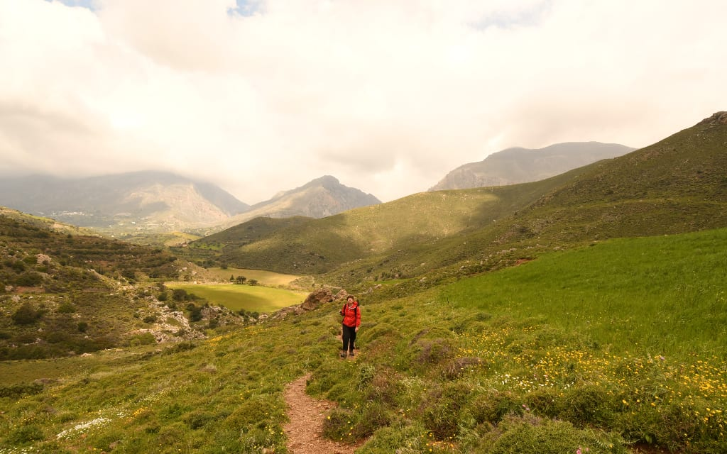 Wanderin mit roter Jacke in den Bergen von Kreta