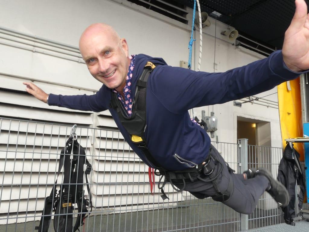Mann hängt in den Seilen bei der Vorbereitung zum Baseflying in Berlin