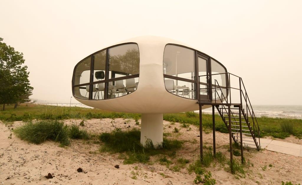 Futuristisches Gebäude am Strand von Binz