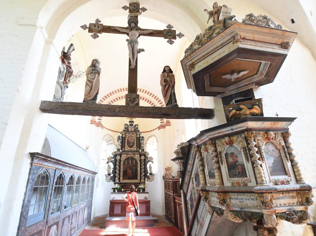 Kirche mit schön geschnitzer Kanzel