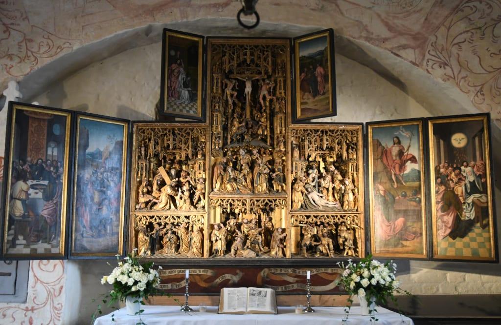Gold glänzender Altar der Dorfkirche in Waase
