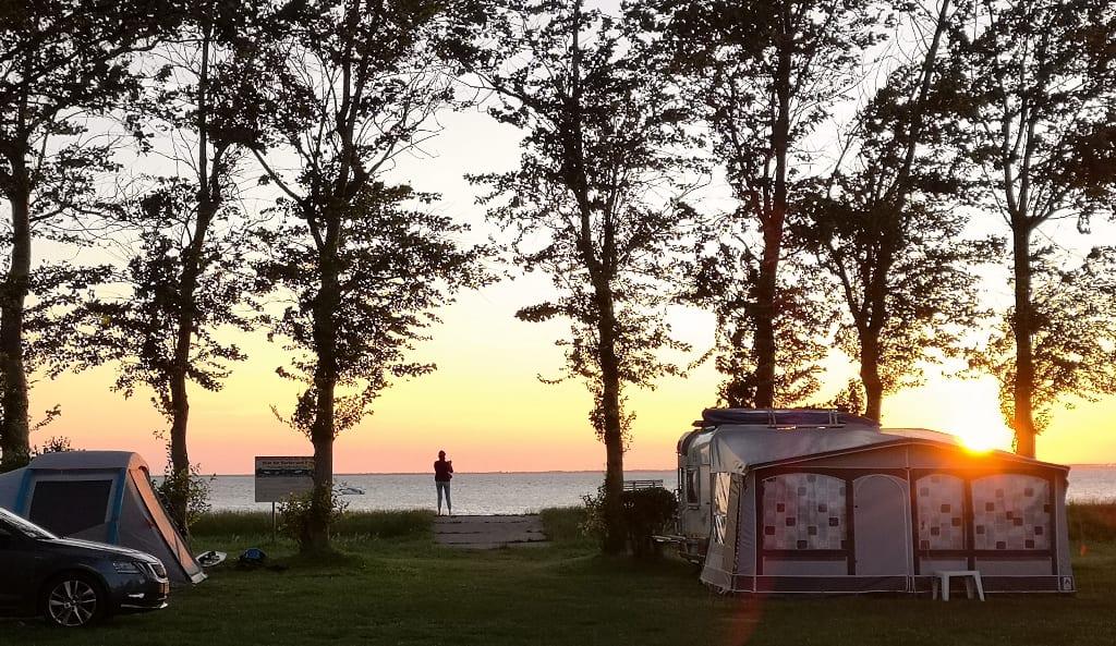 Sonnenuntergang auf einem Campingplatz auf Rügen