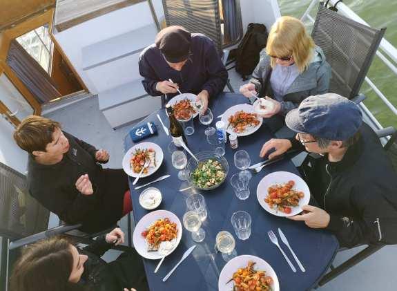Leute essen zusammen auf einem Boot