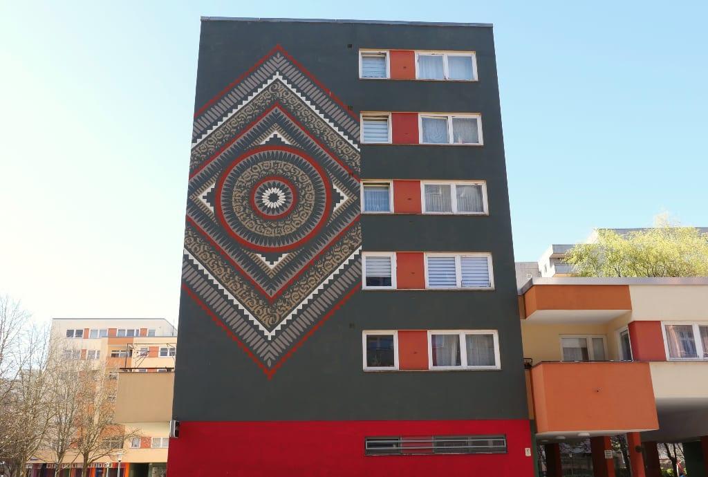 Grafische Streetart an einem Wohnhaus