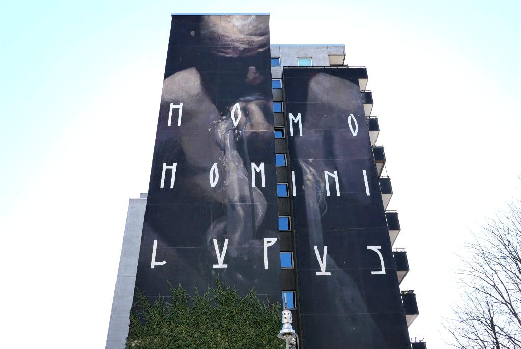 Mural mit Aufschrift Homo Homini Lupus