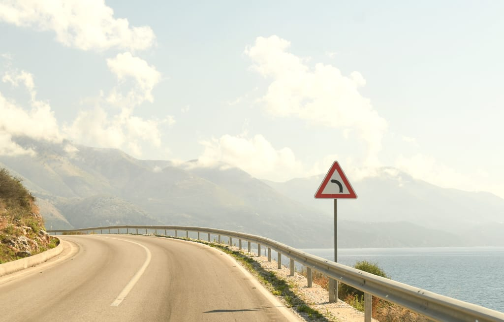 Küstenstraße mit Verkehrsschild