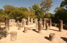 Säulenstümpfe einer Ausgrabungsstätte