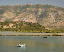 See mit einem Boot und Bergen