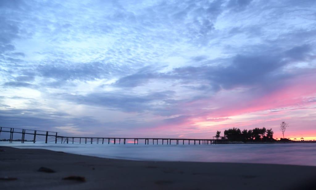 Brücke über dem Meer im Sonnenuntergang