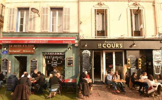 Leute sitzen vor einem Café in Frankreich