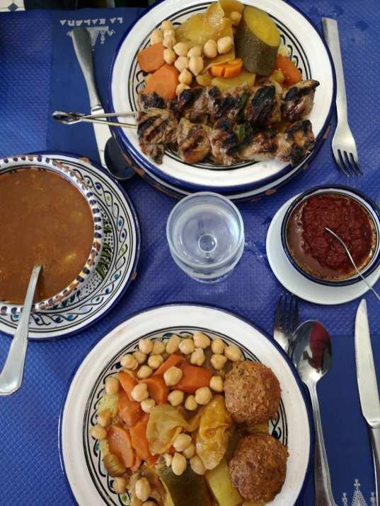 Volle Teller auf Tisch mit blauer Tischdecke