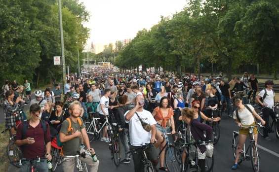 Viele Radfahrer stehen auf einer Straße
