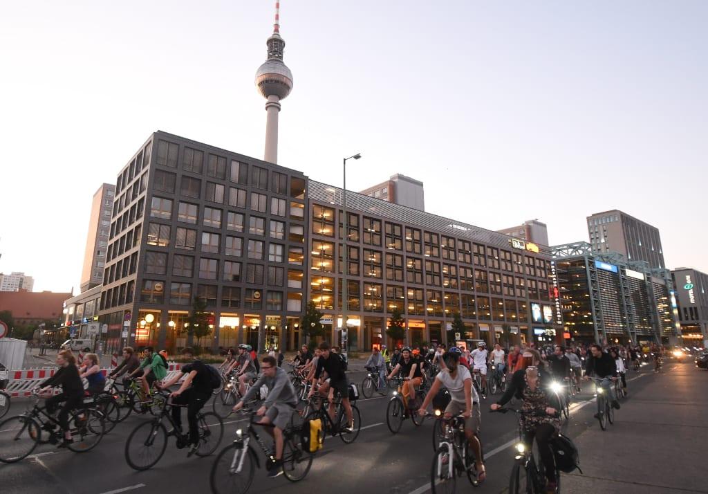 Berliner fernsehturm mit vielen Radfahrern