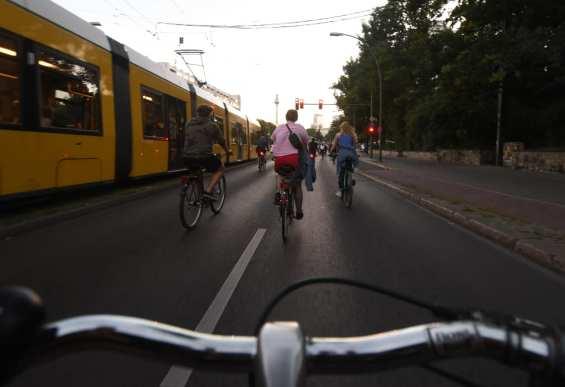Fahrradfahrer neben einer Straßenbahn
