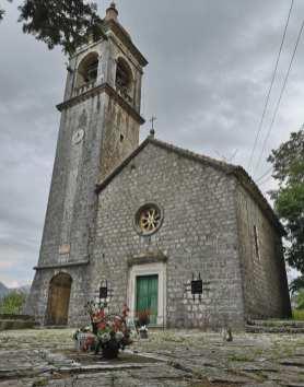 Kirche aus grauem Stein