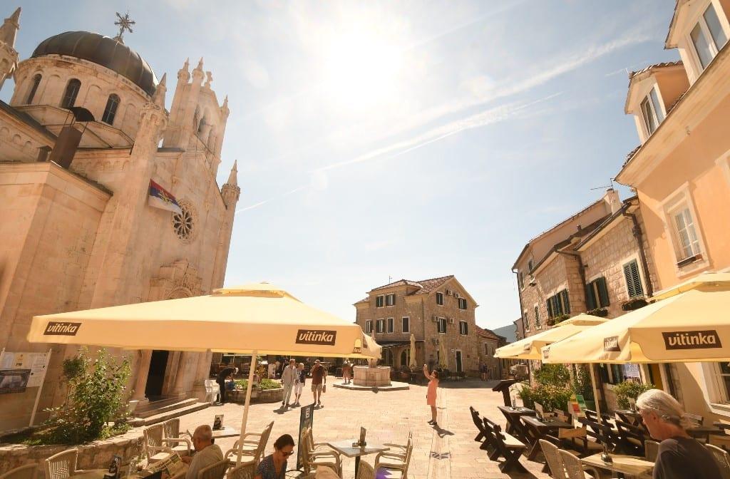 Platz mit Kirche und schönen historischen Häusern