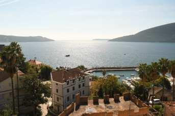 Blick auf eine schöne Stadt am Meer