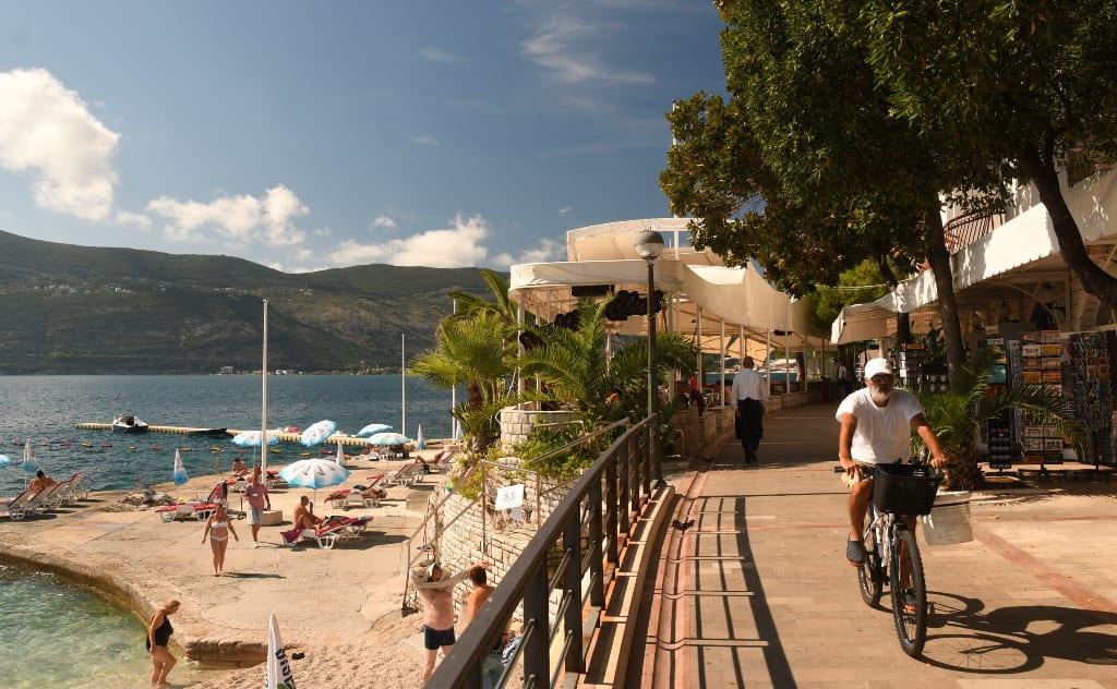 Uferpromenade einer Stadt am Meer