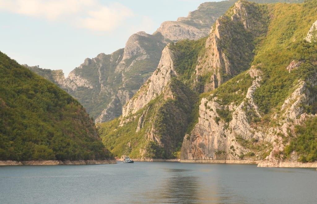 Fähre auf einem See in schöner Landschaft