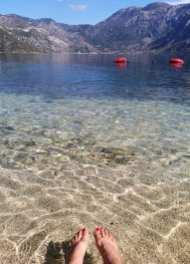 Glasklares Wasser in einer Bucht