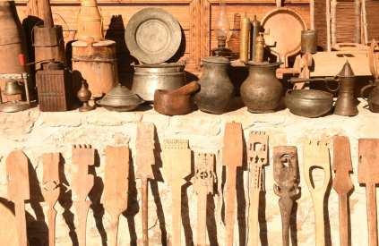 Holzlöffel und Metallgeschirr