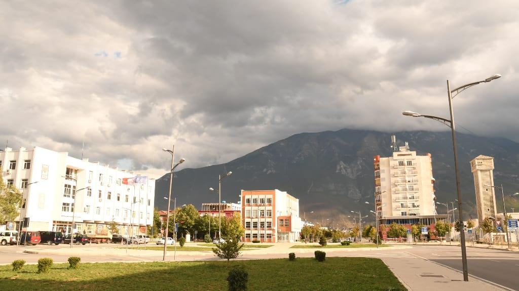 Leerer Platz in einer Stadt, im Hintergrund ein Berg
