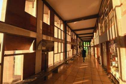 Langer Korridor mit Holzboden