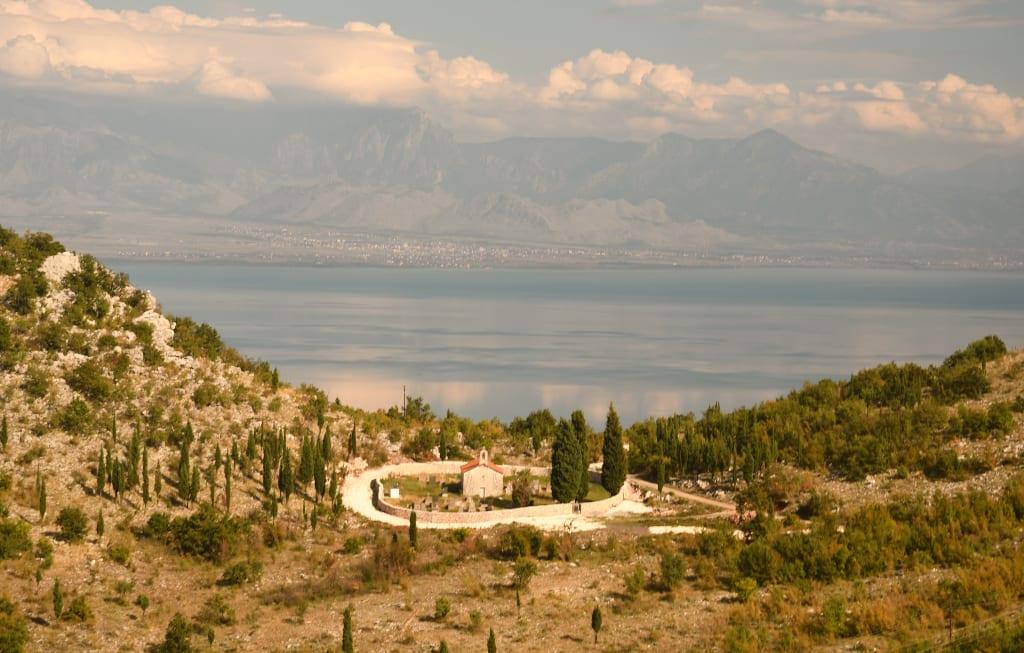 Kloster an einem See
