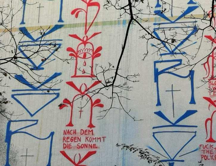 Schriftsäulen einer Häuserwand
